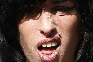 Amy Winehouse zajęła pierwsze miejsce wśród naszych straszydeł. W związku z jej niebywałym talentem do min poświęciliśmy jej aż dwa zdjęcia.