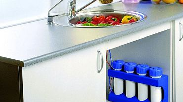Gotowy zestaw filtracyjny czterostopniowy, z wymiennymi wkładami, zamontowany przed punktem poboru wody (lewy kran)