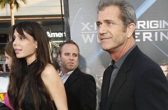 Żona Mela Gibsona kilkanaście dni temu złożyła w sądzie pozew o rozwód, a jej mąż już paraduje po czerwonym dywanie z inną. Na premierze filmu ''X Men Geneza: Wolverine'' Mel Gibson pojawił się z nową wybranką: jest nią 39-letnia piosenkarka Oksana Grigorieva, a nie jak wcześniej spekulowano modelka Oksana Pocheba. Para trzymała się za ręce i oboje wyglądali na zadowolonych - oczywiście jej było trudno się uśmiechać... chyba ze względu na botoks.