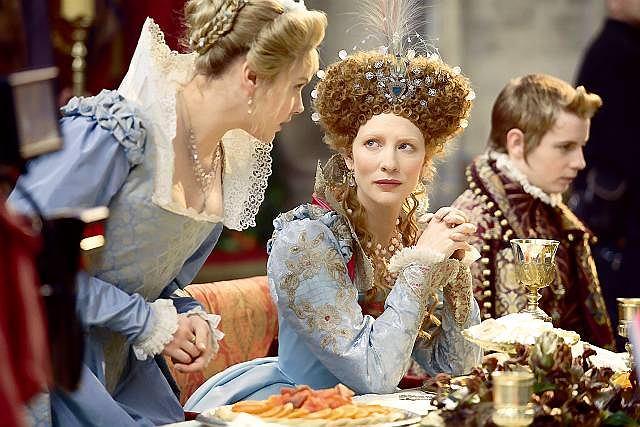Cate Blanchett jako Elżbieta I. Królowa jadała w szerszym gronie podczas specjalnych okazji. Wtedy mogli ją podziwiać mniej znaczący dwo-rzanie.