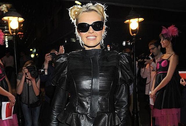 Jak wygląda Doda ubrana w kosmicznym stylu, któremu wierne od pewnego czasu są już Lady Gaga i Rihanna? My na pewno zmienilibyśmy fryzurę i ten głupkowaty uśmiech.