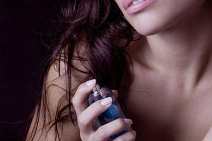 Kobiecość zamknięta we flakonie: zapachy na lato