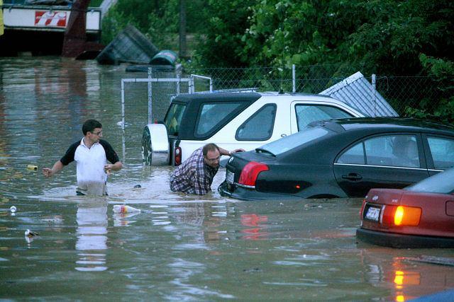 Powódź nie oszczędza samochodów