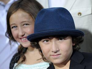 Noah Cyrus i Frankie Jonas, choć jeszcze bardzo młodzi, już zaczynają karierę w show-biznesie. Jak się ma tak znane rodzeństwo, to trzeba korzystać. Na razie młoda para podkładała jedynie głosy w filmie animowanym, ale za jakiś czas na pewno zobaczymy któreś z nich śpiewające albo grające w filmach. Czy te dzieciaki już nie wyglądają jak zmanierowane gwiazdki?