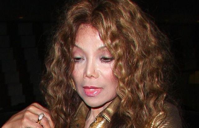 La Toya ma ten sam problem co Courtney Love - operacje plus alkohol i narkotyki.