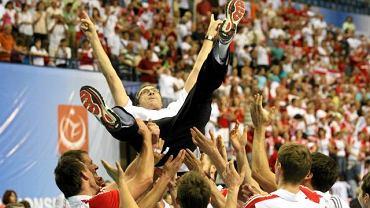 Daniel Castellani na rękach zawodników