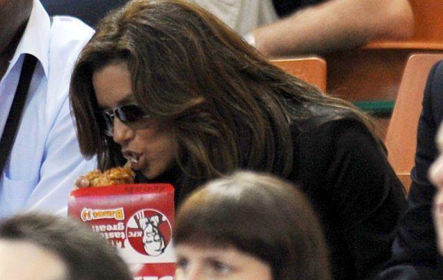 Longoria przyjechała do Polski kibicować Tony'emu. Jak widać nasza rodzima kuchnia nie przypadła jej do gustu. Aktorka wybrała tradycyjne amerykańskie KFC.