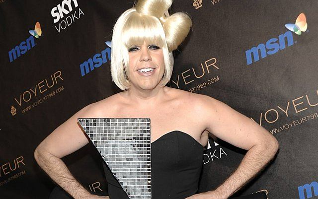 Najbardziej znany bloger w USA Perez Hilton przebrał się za Lady Gagę. Dobrze, że ostatnio schudł, ale i tak wyglądał potwornie.