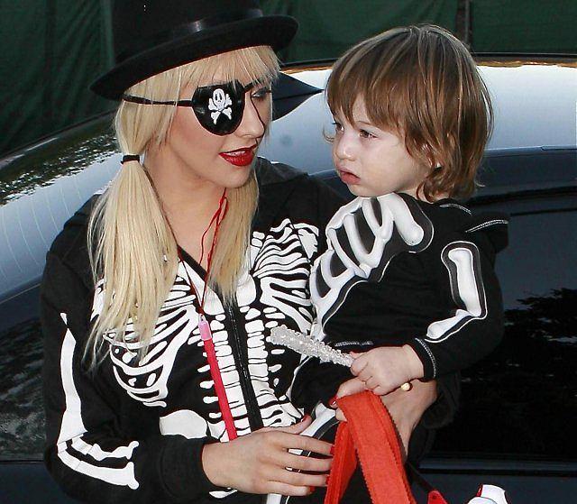 Christina Aguilera wybrała się z synkiem zbierać cukierki.