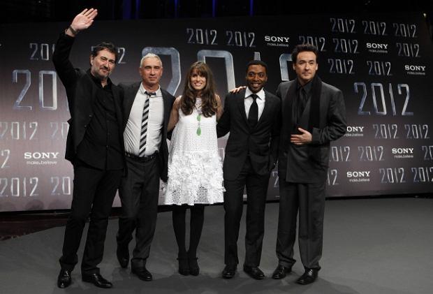 Reżyser Roland Emmerich wraz z ekipą filmową na europejskiej premierze filmu 2012 w Berlinie.