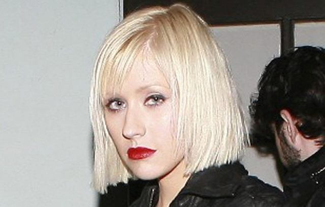 Christina Aguilera przestała pojawiać się w mediach od momentu, kiedy urodziła dziecko. Nie ukrywa tego, że została kurą domową. Niestety przez to nieco się zaniedbała. Właśnie sprawiła sobie nową fryzurę, ale i tak wygląda nie najlepiej. No chyba, że wam się podoba?