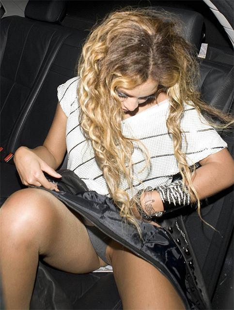 Beyonce zasłaniała się kurteczką, ale nie do końca jej to wyszło. Paparazzi udało się sfotografować jej krocze... Na szczęście miała na sobie majtki.