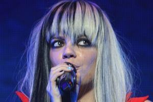 Na jednym z ostatnich koncertów Lily Allen zaprezentowała się w zupełnie nowym wydaniu. Wokalistka postanowiła całkowicie zmienić swój wygląd i sprawiła sobie blond fryzurę z czarnymi pasemkami. Czy nowa Lily kogoś wam nie przypomina?