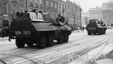 13.12.1981, Warszawa. Wprowadzenie stanu wojennego - transportery opancerzone na Krakowskim Przedmieściu.