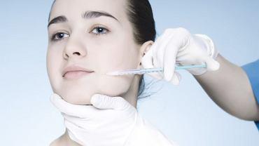 Toksyna botulinowa, czyli Botox niweluje zmarszczki mimiczne.