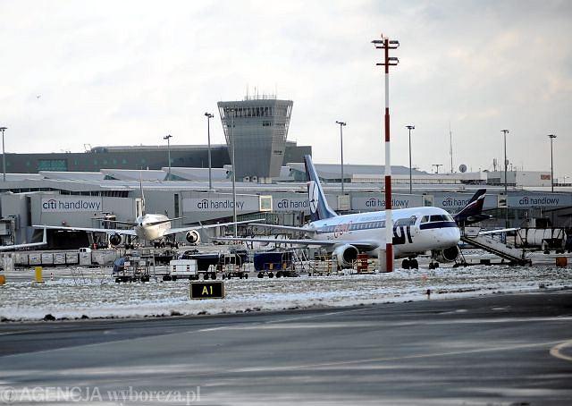 LOT zaostrza kontrole pasażerów na lotniskach w Warszawie(Z)i Krakowie