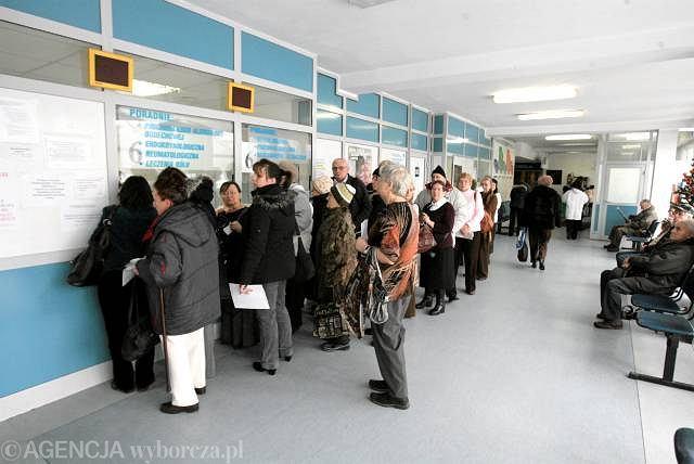 Kolejka do rejestracji w szpitalu przy ul. Banacha w Warszawie