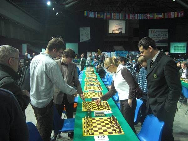 Arcymistrzyni Joanna Dworakowska podczas towarzyskiej analizy partii z warszawskimi szachistami na Mistrzostwach Europy w szachach szybkich