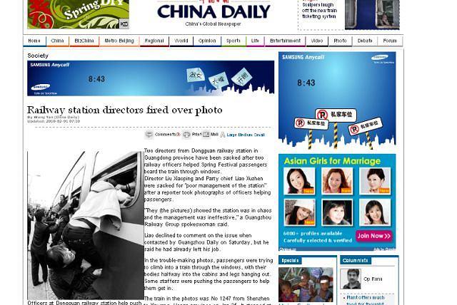 Pasażerowie próbują dostać się do pociągu przez okna Fot. za chinadaily.com