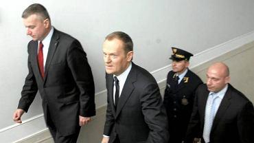 Premier Donald Tusk z rzecznikiem rządu Pawłem Grasiem podczas przerwy w przesłuchaniu