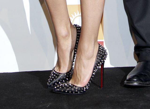 Kasia w butach Louboutina, które kosztują kilka tysięcy złotych bardzo polubiła, bowiem to nie pierwsza imprezka na której się w nich pojawia. Doda tym razem była druga