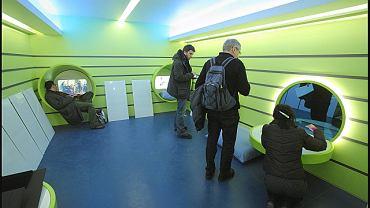 Sala dla dzieci z kapsułami i ekranami dotykowymi
