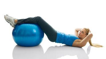 Proste ćwiczenia wzmacniające mięśnie można wykonywać nawet w domu.