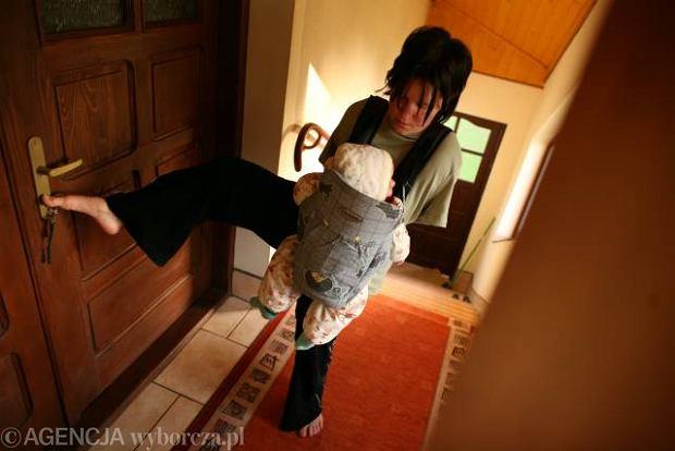 Anna Krupa opiekuje się córką Emilką.