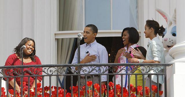 Barack Michelle, Malia i Sasha Obamowie z Amber Riley (''Glee''), która zaśpiewała hymn USA