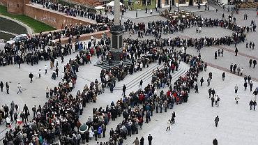 Kolejka czekających na Krakowskim Przedmieściu