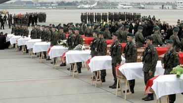14.04.2010. Trumny z ciałami ofiar katastrofy pod Smoleńskiem na lotnisku w Warszawie