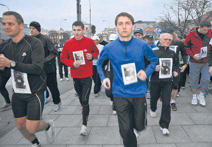 Biegacze ruszają z pl. Trzech Krzyży. 14.04.2010