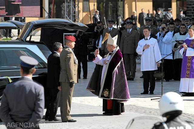 Rynek Główny w Krakowie, kardynał Stanisław Dziwisz przy trumnach Lecha i Marii Kaczyńskich
