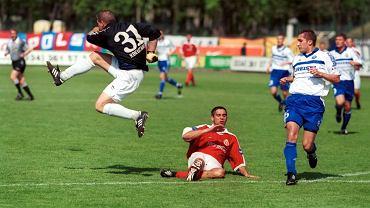 Mecz Wisła - Lech z kwietnia 2000 r. Piłkę wybija ówczesny bramkarz Lecha Michał Kokoszanek.