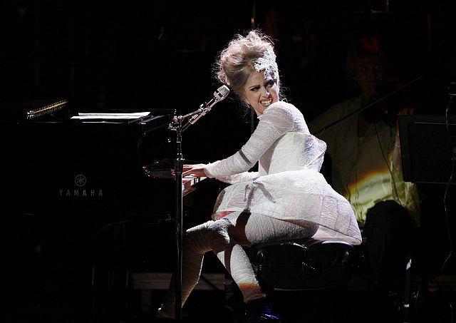 Lady Gaga tuż po tym, jak zdjęła buta, który przeszkadzał jej w graniu na pianinie