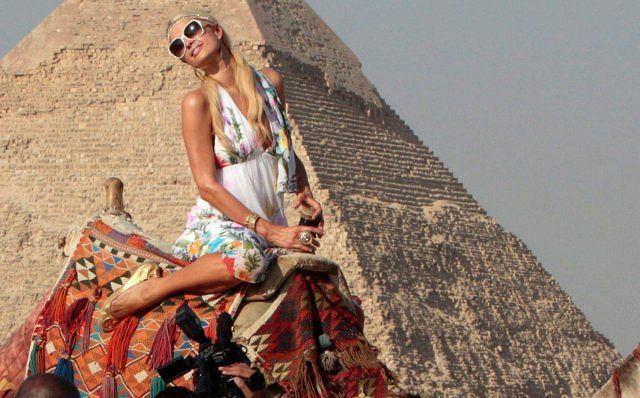 Paris Hilton odwiedziła Egipt i nie mogła ominąć takiej atrakcji jak piramidy w Gizie.
