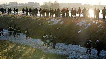 Sandomierz. Kolejna fala przerwała opaskę wokół wyrwy w wale. Mieszkańcy wielu zalanych miejscowości o osłabianie wałów obwiniają bobry