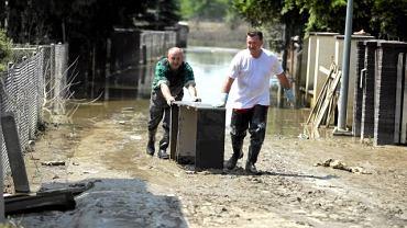 Po opadnięciu wody mieszkańcy wracają do domów na wielkie porządki
