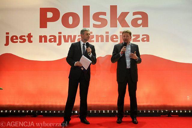 Paweł Poncyljusz i Marek Migalski prowadzący wieczór wyborczy w sztabie Jarosława Kaczyńskiego