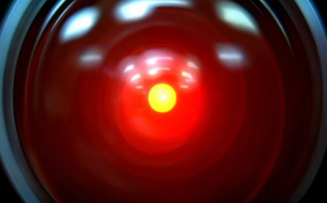 Odyseja Kosmiczna 2001 Imię: HAL Rok uruchomienia: 1968 Opis: Komputer pokładowy HAL-9000 czyli najsłynniejszy komputer pokładowy w historii kina. Prekursor wszelkich zabójczych sztucznych inteligencji (HAL zwrócił się przeciwko ludziom). Gdy Dave Bowman go wyłączał, a on śpiewał 'Daisy Bell', robiło się go nam naprawdę żal... Nazwa HAL jest wzorowana na firmie IBM, literki w nazwie komputera z filmu Kubricka poprzedzają te z nazwy H(I)A(B)L(M) Cecha charakterystyczna: wielkie czerwone oko Hasło: I 'm afraid, Dave (Boję się Dave) Status: wyłączony