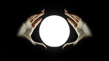 Kryształowa kula od wieków kojarzona jest z magią