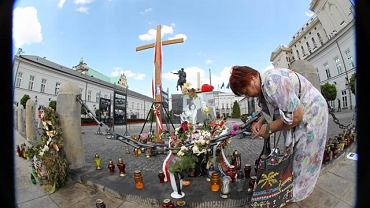 Krzyż przed Pałacem Prezydenckim upamiętniający ofiary katastrofy samolotu prezydenckiego pod Smoleńskiem, w której zginęła para prezydencka Lech i Maria Kaczyńscy był źródłem sporów