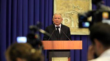 Jeżeli prezydent Komorowski usunie krzyż, który stoi pod Pałacem Prezydenckim. To będzie zupełnie jasne, kim jest - insynuował Kaczyński