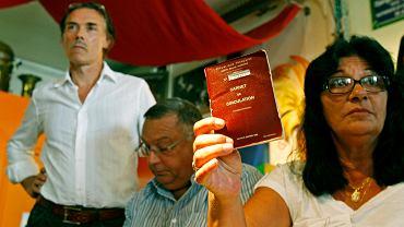 Romka pokazuje francuski dokument - 'prawo do wędrowania'. Zgodnie z francuskim prawem każda większa gmina ma obowiązek przygotować Romom miejsce na obozowisko. Gminy od dawna jednak tego nie robią