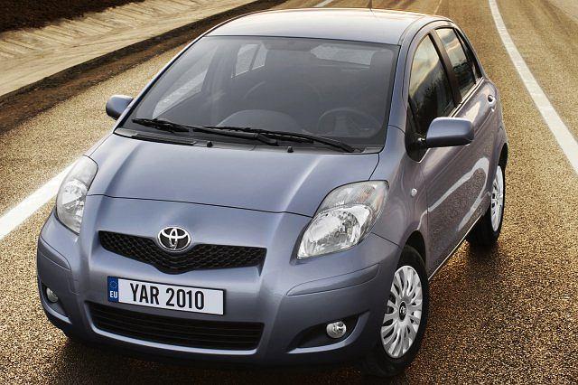 <b>Toyota Yaris</b><br> Jest kompaktowa i zwinna, stylowa i wyjątkowo wydajna, charakteryzuje się niską emisją spalin. Samochód ten jest zdobywcą wielu nagród i tytułów m.in. samochodu roku w 2000 roku