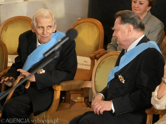 Wiesław Chrzanowski i Jan Olszewski podczas przekazania insygniów władzy prezydentowi
