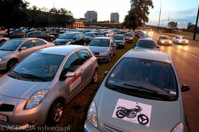 Samochody kibiców zaparkowane na trawnikach w pobliżu stadionu Legii