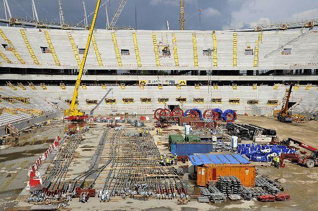 Sierpień 2010. Wylewanie ostatniego ze 174 tys. metrów sześciennych betonu na budowie Stadionu Narodowego