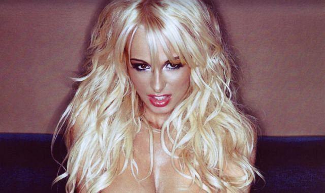 Rhian Sugden ma 24 lata i jest znaną w Wielkiej Brytanii modelką rozkładówek, potocznie nazywanymi Page 3 Girl.