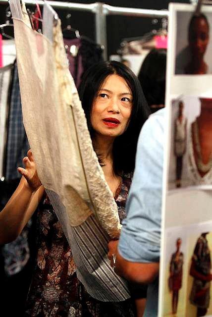 Vivienne Tam robi ostatnie poprawki przed pokazem jej kolekcji na wiosnę 2011.